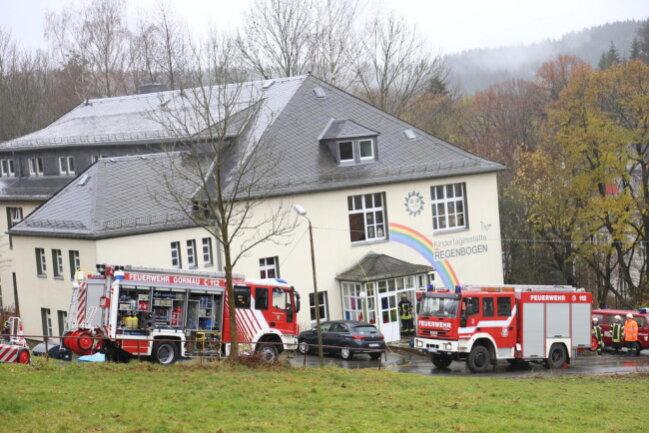 <p>Die Feuerwehr Dittersdorf, die am Samstag gegen 9.45 Uhr alarmiert worden war, saugte das Wasser, unterstützt von der Feuerwehr Gornau, umgehend mit Wassersaugern ab.</p>