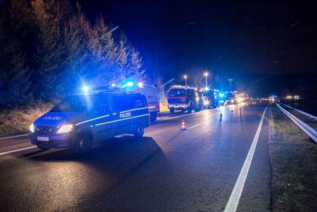 <p>Das Fahrzeug blieb zwischen zwei Bäumen stecken, wodurch die Fahrerin eingeklemmt wurde und über den Kofferraum befreit werden musste.</p>