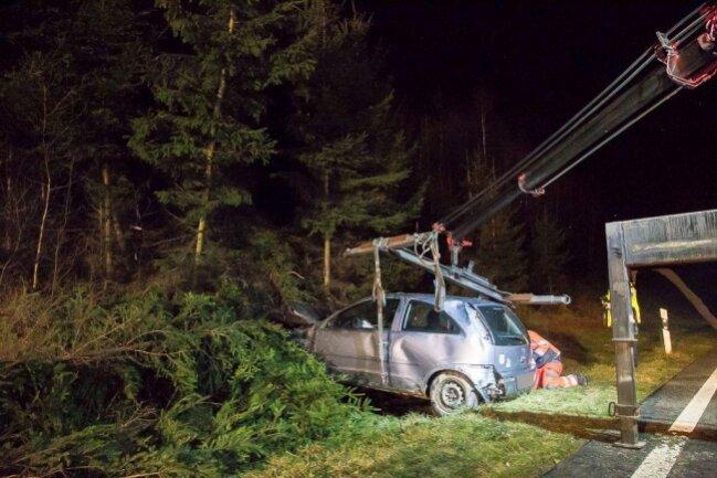 <p>Das Fahrzeug wurde nach der Unfallaufnahme mithilfe eines Krans aus den Bäumen gezogen und verladen. Die B174 musstewährend der Bergungs- und Rettungsarbeiten halbseitig gesperrt werden.</p>