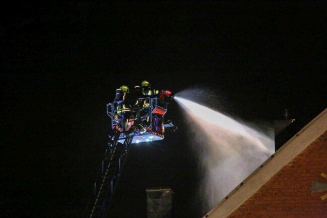 <p>Jedoch soll&nbsp;ein Turm per Drehleiter kontrolliert zum Einsturz gebracht worden sein, da dieser durch die Flammen&nbsp;einsturzgefährdet war.</p>