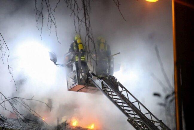 <p>Die Löscharbeiten dauerten bis in den frühen Morgen.&nbsp;Ein Übergreifen der Flammen auf umliegende Gebäude konnte verhindert werden.</p>