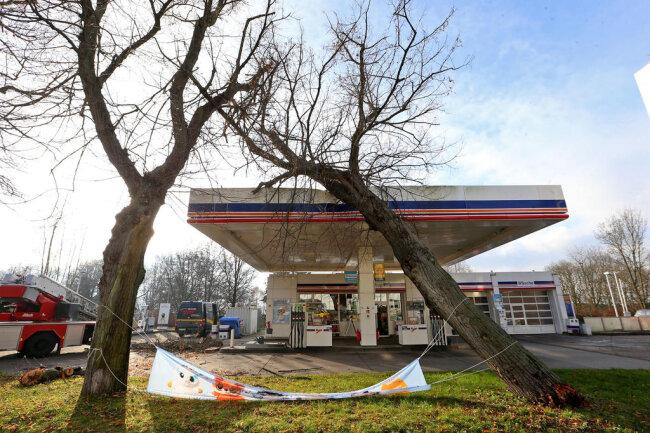 <p>Großes Glück hatte ein Monteur, der in diesem Moment im Tankstellenbereich gearbeitet hatte. Das Dach hielt der Last stand.</p>