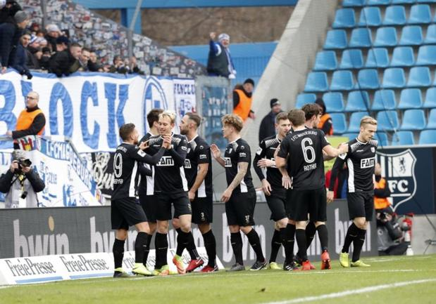 <p>Die Magdeburger jubeln über das 1:0 gegen Chemnitz.</p>