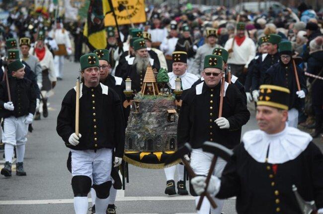 <p>711 Uniformträger, 357 Bergmusiker und 18 Bergsänger waren nach Angaben der Stadtverwaltung daran beteiligt.</p>