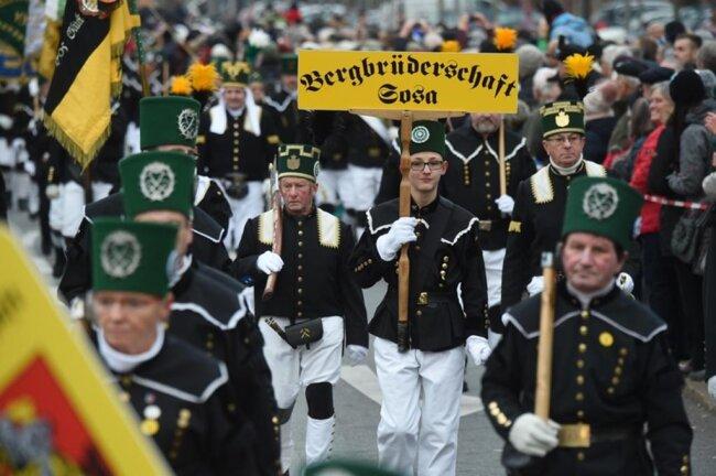 <p>Traditionell einen Tag vor dem ersten Advent und bei Temperaturen nur knapp über dem Gefrierpunkt zogen die Bergmannsvereine am Samstag zur Auftaktbergparade des Sächsischen Landesverbandes durch die Innenstadt.</p>