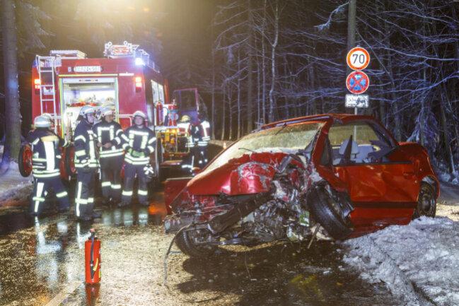 <p>Die Fahrerin war gegen 22.10 Uhr auf der K7105 in Richtung Geyer unterwegs, als sie in einem Waldstück mit ihrem Mitsubishi von der Fahrbahn abkam und gegen einen Baum prallte.</p>
