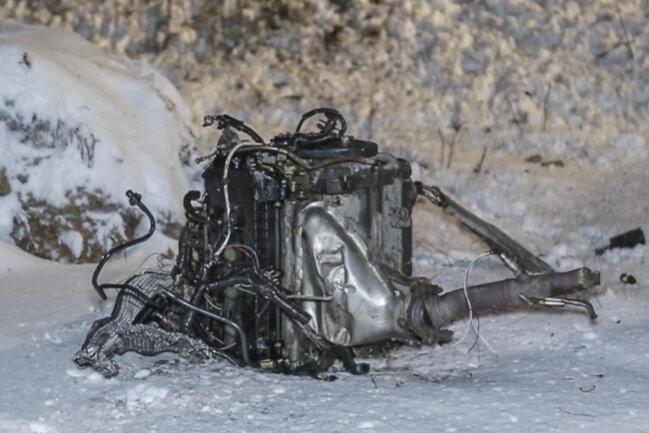 <p>Durch die Wucht des Aufpralls wurde der Motor herausgerissen und schleuderte in den Wald.</p>
