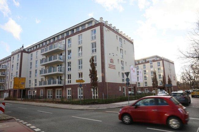 <p>Wenn alle Apartments bezogen sind, werden hier rund 500 Menschen leben und studieren, Senioren und Studenten (fast) unter einem Dach leben. Noch sind nicht alle Wohnungen belegt. Genaue Zahlen konnte gestern niemand nennen. Dabei ist das Projekt bisher einmalig in Zwickau.</p>