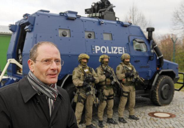 <p>Die sächsische Polizei hat am Freitagnachmittag im Beisein von Innenminister Markus Ulbig den ersten von zwei georderten Panzerwagen übergeben bekommen.</p>