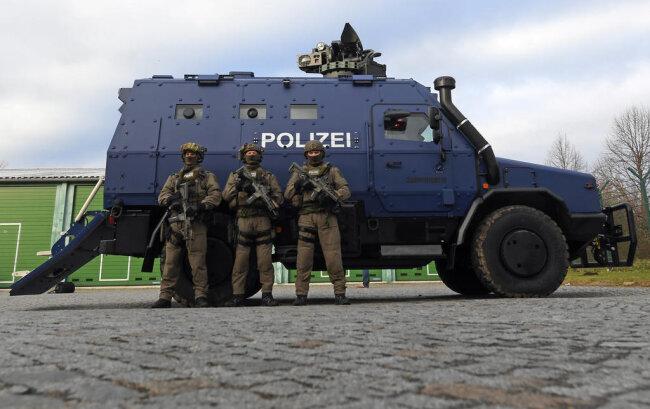 <p>Die von Rheinmetall hergestellten Wagen seien nach den Anschlägen in Paris im Jahr 2015 speziell für die sächsische Polizei entwickelt worden, sagte Sachsens SEK-Chef.</p>