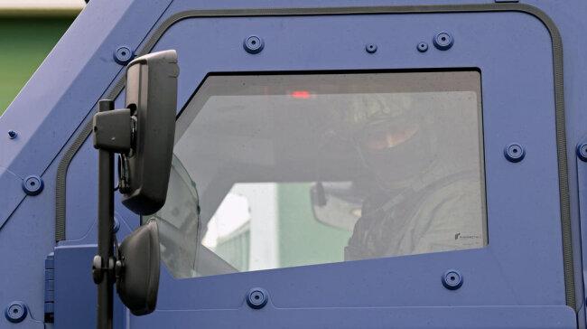 <p>Im Inneren befindet sich unter anderem eine spezielle Kamera, über einen Mehrzweckaufsatz können Rauch oder Reizgas versprüht werden.</p>