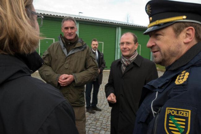 <p>Die je 17 Tonnen schweren Fahrzeuge sollen bei Terror- und Amoklagen eingesetzt werden, wie Innenminister Markus Ulbig sagte.</p>