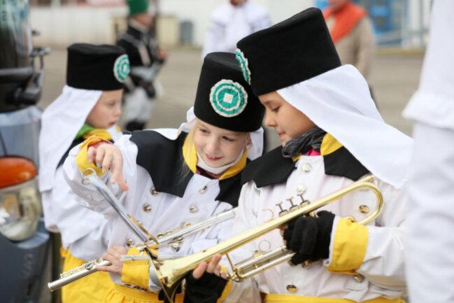 <p>Nach Darstellung der Organisatoren verfolgten wie in den Vorjahren Tausende die Parade und das Abschlusskonzert auf dem Domhof.</p>