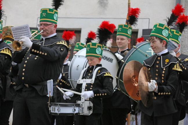 """<p>So war auch Oberbürgermeisterin Pia Findeiß (SPD) gut zu hören, die neben der 900-Jahr-Feier und deren Auftakt mit der Silvesterparty """"Nacht der Nächte"""" bereits für die große Bergparade im nächsten Jahr warb.</p>"""