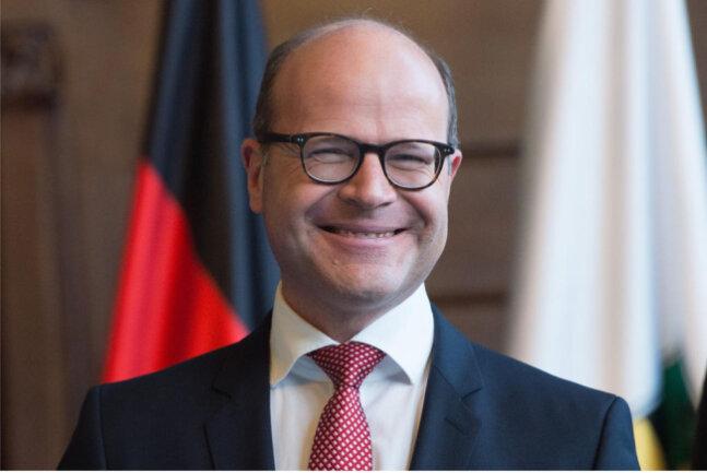 """<p><strong><span class=""""img img-right"""" style=""""max-width: 100%; background-color: transparent; float: none; margin-left: 0px;""""><span class=""""img-info""""><span class=""""caption"""">NEU: Chef der Staatskanzlei, Oliver Schenk (CDU)</span></span></span></strong></p>  <p>In der Sächsischen Staatskanzlei hat der 49-Jährige bereits sieben Jahre gearbeitet – von 2002 bis 2009. Die Entscheidung für den gebürtigen Dachauer sei """"sehr leicht"""" für ihn gewesen, sagte Michael Kretschmer bei der Berufung, """"weil ich ihn über viele Jahre kenne, er ein enger Vertrauter ist und ich mich darüber freue, dass wir gemeinsam diesen Weg jetzt gehen können"""". Demnach bringt der studierte Volkswirtschaftler aus Berlin nicht nur Erfahrungen in der Bundespolitik, sondern auch ein gutes Netzwerk mit. Schenk gehörte zu den engsten Vertrauten von Georg Milbradt, dessen Büro er drei Jahre lang geleitet hatte. Zuletzt war der mit einer früheren Ministeriumssprecherin verheiratete Katholik Abteilungsleiter für Grundsatzfragen und Telematik im Bundesgesundheitsministerium.</p>"""