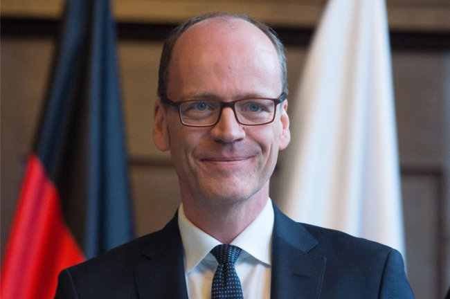 """<p><strong><span class=""""img img-right"""" style=""""max-width: 100%; background-color: transparent; float: none; margin-left: 0px;""""><span class=""""img-info""""><span class=""""caption"""">NEU: Finanzminister Matthias Haß </span></span></span>(CDU)</strong></p>  <p>Der 50-Jährige arbeitete elf Jahre lang in unterschiedlicher Funktion in der Bundesregierung, zuletzt als Abteilungsleiter für föderale Finanzbeziehungen. Davor aber war er acht Jahre lang, von 1998 bis 2006, im sächsischen Finanzministerium tätig, in das er nun als Ressortchef zurückkommt. Als Erstes sicherte er die Fortsetzung des """"soliden Kurses"""" der Finanzpolitik zu. Michael Kretschmer würdigte den gebürtigen Niedersachsen als """"Spitzenbeamten des Bundes"""", der bis heute in Dresden zu Hause ist. Seine Aufgabe ist es, aus dem Ressort ein """"Ermöglichungsministerium"""" zu machen. Mit ihm könnten sich """"die Sachsen darauf verlassen, dass die Steuergelder sinnvoll und nachhaltig ausgegeben werden"""". Dabei helfen wird Sachsens Ex-Asyl-Koordinator Dirk Diedrichs als neuer Staatssekretär.</p>"""