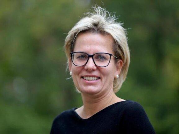 <p><strong>Sozialministerin Barbara Klepsch (CDU)</strong></p>  <p>Mit ihrer Berufung 2014 verband die CDU große Hoffnungen. Erfüllen konnte die inzwischen 52-Jährige, die davor 13 Jahre lang als Oberbürgermeisterin in ihrer Geburtsstadt Annaberg-Buchholz populär war, diese jedoch bis heute nicht. Ein eigenständiges Profil ist kaum erkennbar, obwohl Themen wie Pflege und Gesundheit der früheren Krankenhaus-Finanzchefin hätten liegen müssen. Weil sie inzwischen mit dem Chef der Landesärztekammer liiert ist, deren Aufsicht dem Ministerium obliegt, können alle entsprechenden Vorgänge abschließend nur von der Staatssekretärin bearbeitet werden. Das ist nun Regina Kraushaar, davor Abteilungsleiterin im Bundesgesundheitsministerium, statt Andrea Fischer. Was der CDU-Landesvize für die Neuberufung wohl geholfen hat: Im Kabinett ist sie die einzige Ministerin der Union.</p>