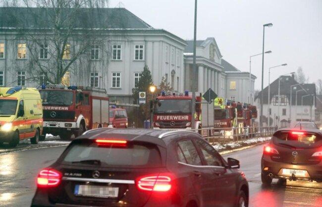 <p>Da die Polizei von einem Gefahrenstoff ausgegangen war, rückten knapp 40 Einsatzkräfte der Freiwilligen und Berufsfeuerwehr an, teilte der Lagedienstführer der Chemnitzer Feuerwehr Rico Uhlich mit. (fp)</p>