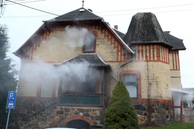 <p>Laut Waldenburgs Einsatzleiter Daniel Littmann hat sich im Keller des Gebäudes Festholz entzündet.</p>