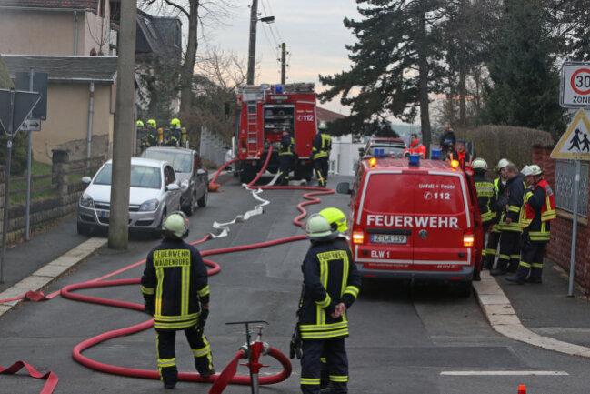 """<p>""""Die Kollegen der Polizei haben aber die Ermittlungen aufgenommen."""" Der Rest des Hauses sei nicht direkt vom Feuer betroffen, musste aber entlüftet werden.</p>"""