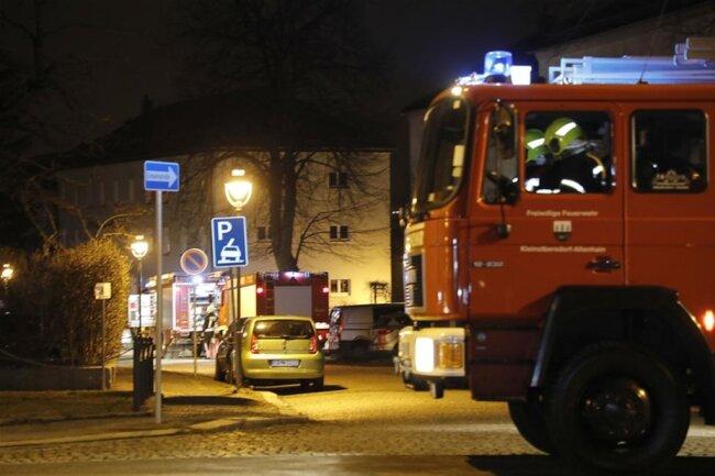 <p>Wegen der Häufung von Einsatzstellen waren neben der Berufsfeuerwehr auch die freiwilligen Feuerwehren von Adelsberg, Kleinolbersdorf-Altenhain, Altchemnitz sowie Euba im Einsatz. Die Polizei hat die Ermittlungen aufgenommen und sucht unter der Telefonnummer 0371 387495808 Zeugen.</p>