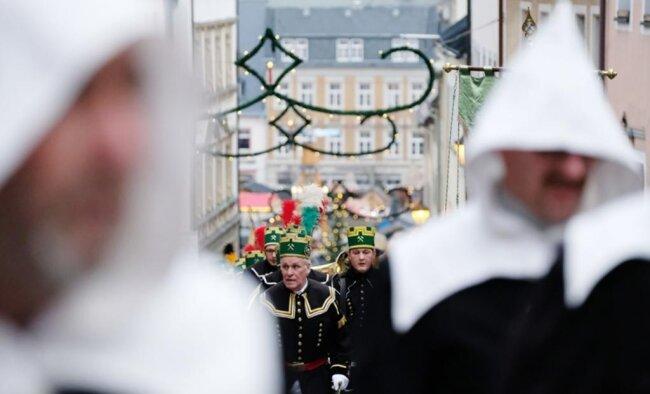 <p>Abertausende Gäste säumten die Straßen der Kreisstadt, um die mit knapp 1000 Teilnehmern größte Bergparade im Advent zu erleben.</p>
