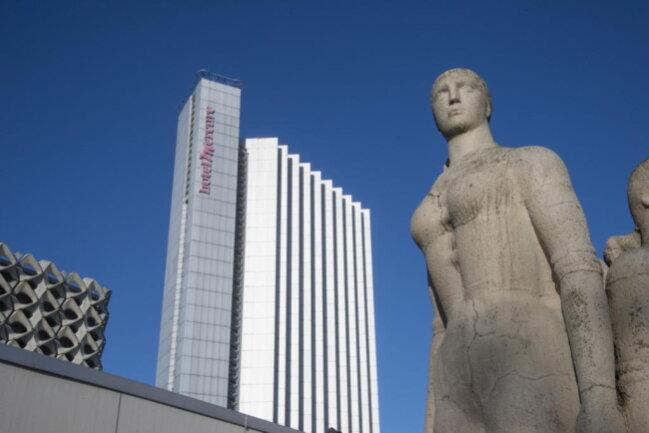 <p>Eigentümer des Gebäudes ist eine Gesellschaft, die ihren Sitz in Berlin hat. Bisher hat sie auch das Hotel betrieben, das noch unter der alten Marke Mercure firmierte.</p>