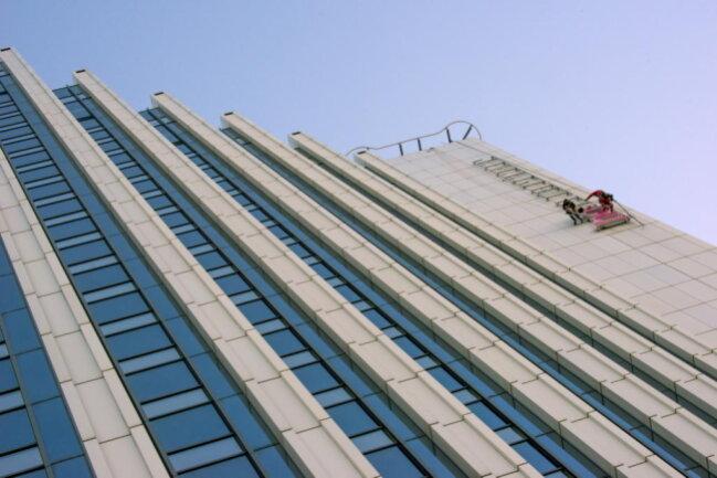 <p>Die Dorint-Gruppe hatte seit 1995 ein Hotel am Deubners Weg nahe der Stollberger Straße in Chemnitz betrieben, das zehn Jahre später wegen Erfolglosigkeit schließen musste. Das Gebäude ist mittlerweile ein Seniorenzentrum.</p>