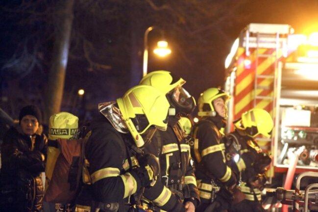 <p>21 Menschen wurden von der Feuerwehr aus dem Mehrfamilienhaus ins Freie gebracht.</p>