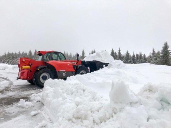<p>Mit Radlader wurde der Schnee auf Lkw verladen und abtransportiert. Die Straßenmeisterei fräste am Vormittag den Schnee am Fahrbahnrand ab.</p>