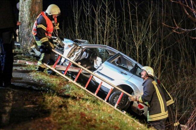 <p>Die Feuerwehr musste die schwerverletzte Fahrerin aus dem Wrack mit schwerem Gerät befreien. Anschließend übergab man sie dem Rettungsdienst. Er brachte die Fahrerin in ein Krankenhaus.</p>