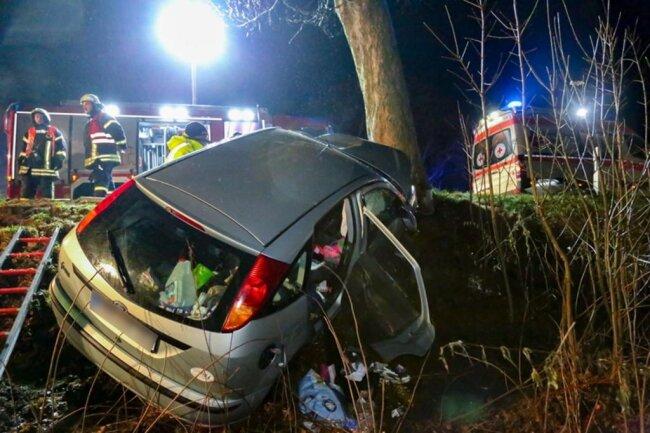 <p>Ersthelfer versuchten die Fahrertür zu öffnen, was misslang.</p>