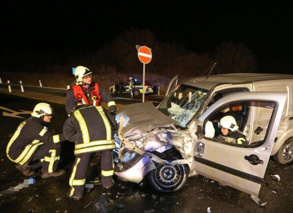 <p>Bei der Kollision der Fahrzeuge wurden drei Menschen verletzt, der Fahrer des Fiat dabei schwer.</p>