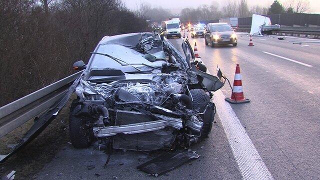<p>Wie die Polizei bestätigte, rutschte einAudi unter einen losgelösten Anhänger eines vorausfahrenden Mercedes Sprinter.</p>