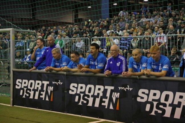 <p>Michael Ballack mit dem Team vom Chemnitzer FC steht im ersten Spiel gegen Erfurt am Spielfeldrand.</p>
