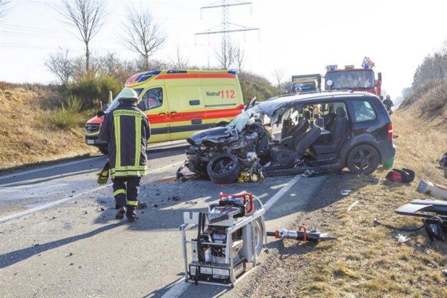 <p>Ein Autofahrer hatte dort ersten Angaben der Polizei zufolge trotz Gegenverkehrs überholt. Dabei kollidierte sein Wagen mit einem entgegenkommenden Lastwagen.</p>