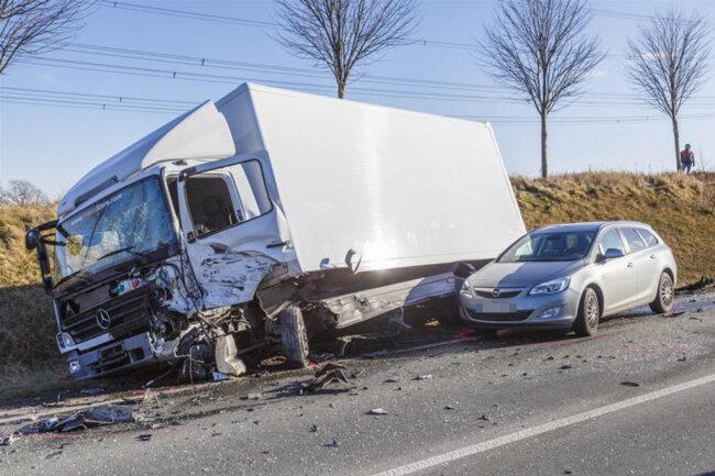 <p>Der LKW geriet in Folge des Zusammenpralls ins Schleudern und landete im Graben; der Fahrer kam jedoch mit einem Schrecken davon. Ebenso wie ein weiterer Fahrer, der sein Auto nicht rechtzeitig abbremsen konnte und den Lastwagen touchierte.</p>