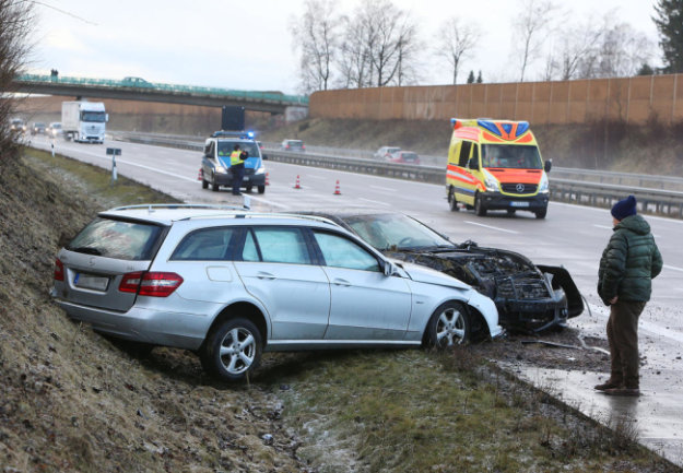 <p>Ein Nissan kam nach links von der Straße ab und kollidierte mit der Mittelschutzplanke. Er wurde nach rechts geschleudert und stieß mit einem nachfolgenden Mercedes zusammen.</p>