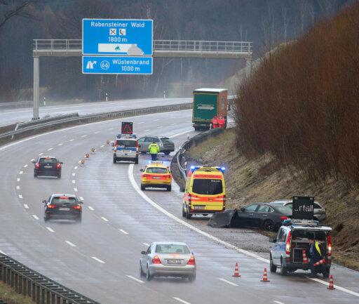 <p>Zwei Mercedes kamen nach rechts von der Fahrbahn ab, einer knallten in die Leitplanke, der andere landete Seitengraben. Die Fahrer blieben unverletzt. Schaden: 20.000 und 3500 Euro.</p>  <p></p>  <p></p>