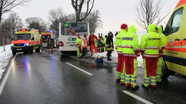<p>Der Fahrer wurde von Ersthelfern aus dem Bus befreit.</p>