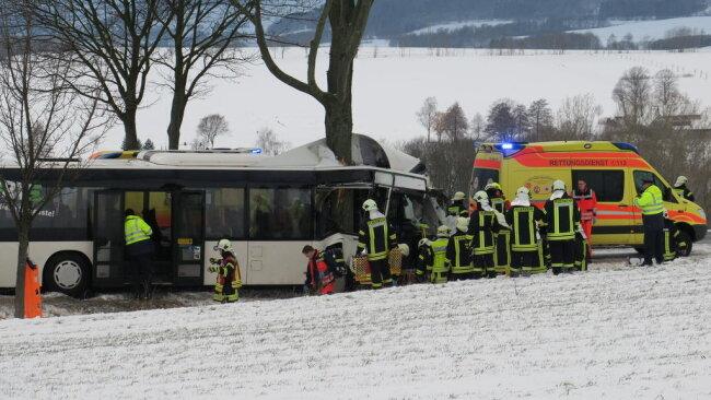 <p>Die Unfallstelle wurde wegen der Rettungsarbeiten gesperrt, auch das Technische Hilfswerk wurde zur Unterstützung angefordert.</p>