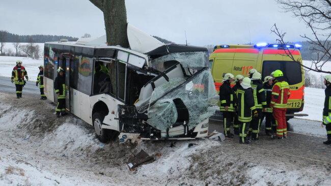 <p>Laut Polizei erlitten vier Personen schwere Verletzungen, darunter der Fahrer. Eine Schülerin wurde leicht verletzt.</p>