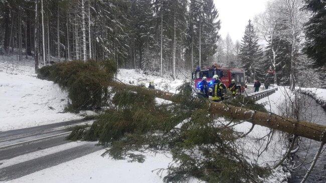 <p>Feuerwehreinsatz an der B 283 zwischen Wilzschhaus (Erzgebirge) und Rautenkranz (Vogtland).</p>