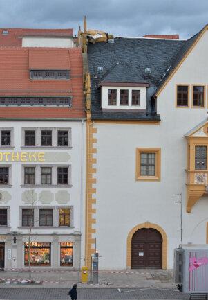 <p>In Freiberg drohten Teile des Mauerwerks eines Giebels auf Fahrbahn und Fußweg zu fallen, nachdem ein Giebel abgedeckt worden war.</p>