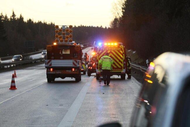 <p>Auf der A 72 bei Zwickau fuhr ein Audi über eine 30 Meter hohe Fichte, die auf die Fahrbahn stürzte.</p>