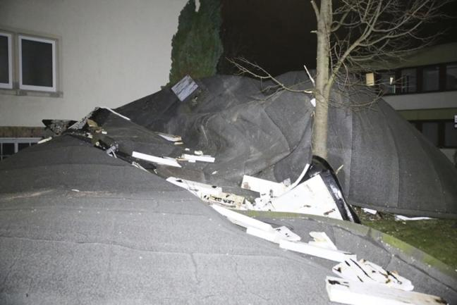 <p>Dort deckte der Sturm das Dach eines Neubau-Gebäudes ab.</p>