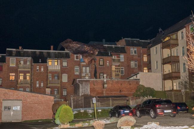 <p>An der Ecke Mosenstraße/Kaiserstraße in Auerbach/V. riss der Sturm ein großflächiges Kupferblechdach ab. Die Feuerwehr forderte das Technische Hilfswerk an.</p>