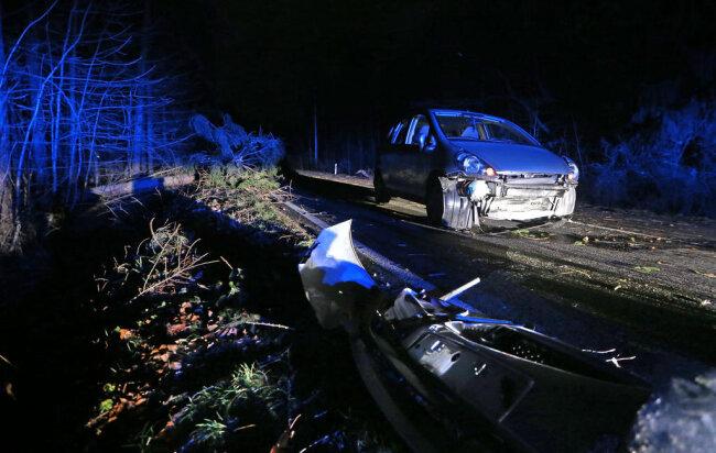<p>Am Donnerstag gegen 17.30 Uhr fuhr auf der B 180 ein Auto in einen umgestürzten Baum gefahren. Es stürzten noch viele Bäume um, die Bundesstraße war mit Ästen übersät.</p>