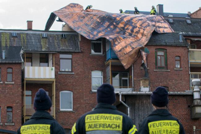 <p>Am Freitagfrüh wurde das große Kupferblech-Stück von dem Mehrfamilienhaus runtergehievt.</p>