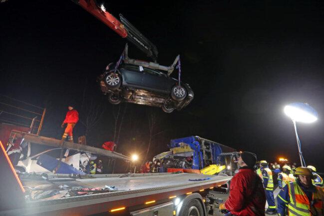 """<p xmlns:php=""""http://php.net/xsl"""">Der slowakische Autotransporter war mit acht Pkws beladen, die durch den Aufprall zerstört wurden.</p>"""